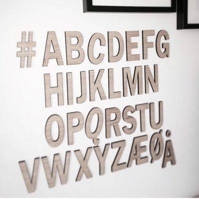 alfabet med egetræs front på børneværelse
