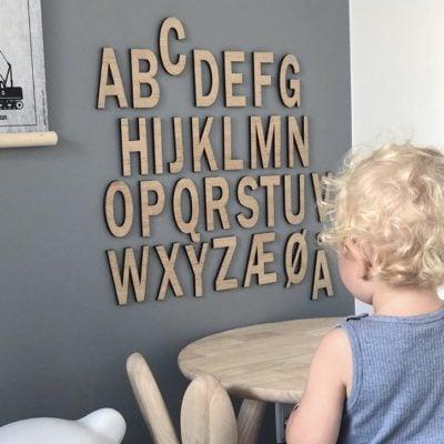 Træbogstaver på væg i egetræ - alfabet