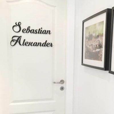 Babynavneskilt i sort på dør til værelse
