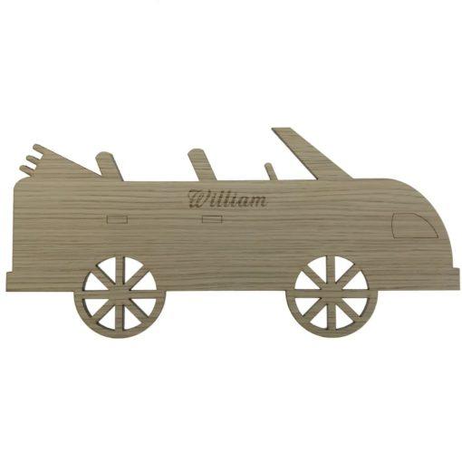 Væglampe til drengens værelset formet som en bil uden tag, og med graveret navn i egetræsfiner