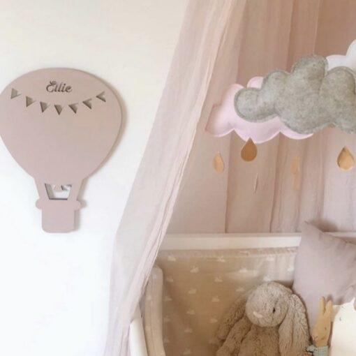Smuk luftballon lampe på pigeværelse ved seng