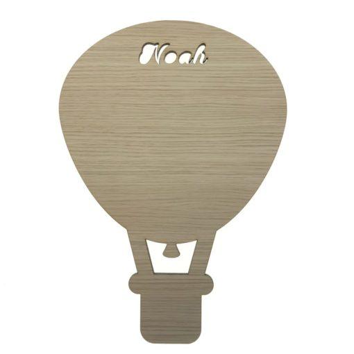 Luftballon væglampe til børnværelse, unik med ønsket navn skåret direkte i fronten så lyset kan skinne igennem.