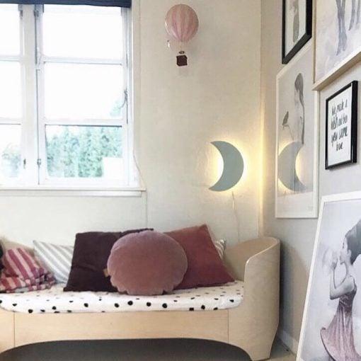 månelampe med lys på værelse