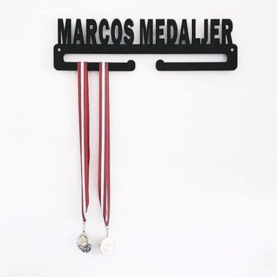 Marcos medaljer på væg på drengeværelse