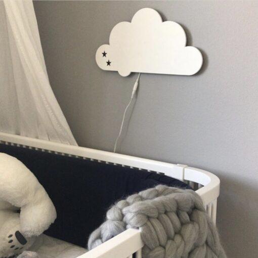 Hvid sky lampe uden navn på grå væg