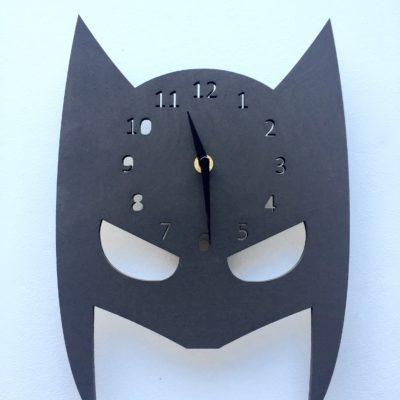 Sort maske med indbygget ur