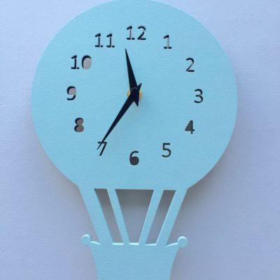 rund luftballon væg ur i lyseblå
