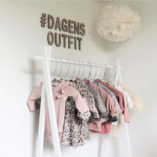#dagens outfit på væggen over garderobe