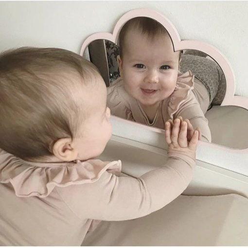 glad baby der leger med sky spejl