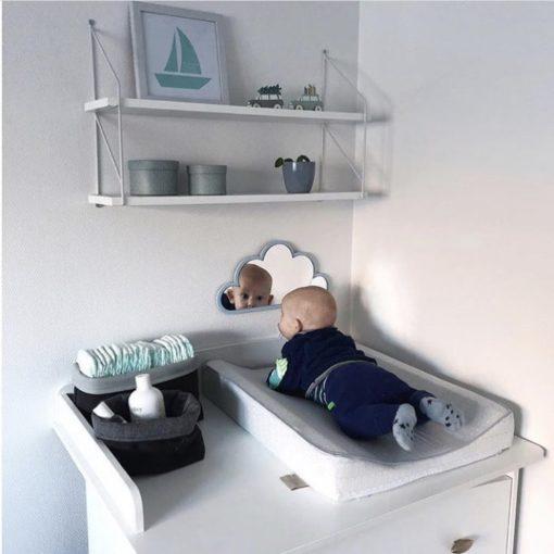 Baby træner nakken med sky spejl på pusleplads