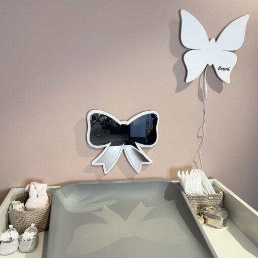Sløjfe spejl og sommerfugl lampe i hvid