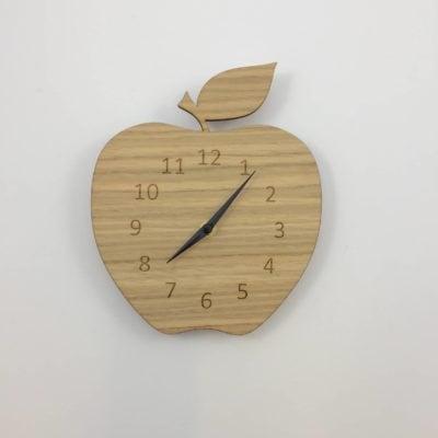 Vægur formet som et æble med egetræs front