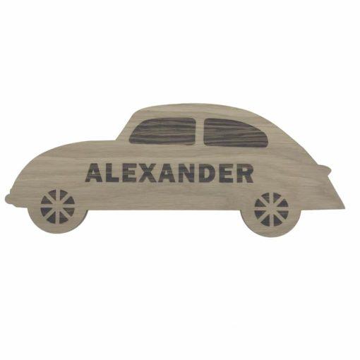 Bil formet navneskilt til drengeværelset med graveret detailjer samt navn