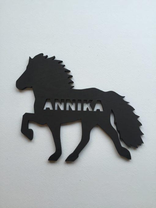 Navneskilt i sort og formet som en hest