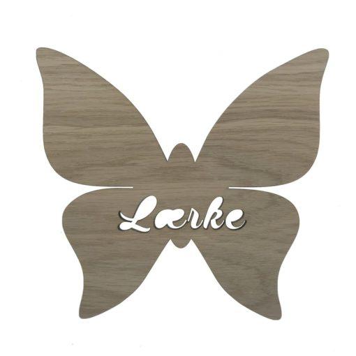 Smukt navneskilt formet som en somemrfugl med navnet lærke skåret ud i egetræsfiner