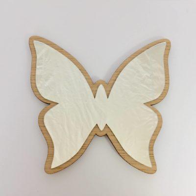 Spejl med egetræsfiner og formet som en sommerfugl