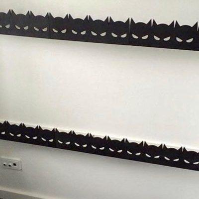 Hylder med maske hyldefront i sort på drengeværelse
