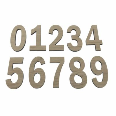 Smukke tal i egetræsfiner som kan bruges til indretning af børneværelset personligt