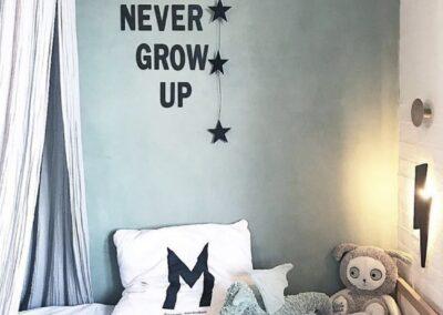 Never grow up - tekst på væg