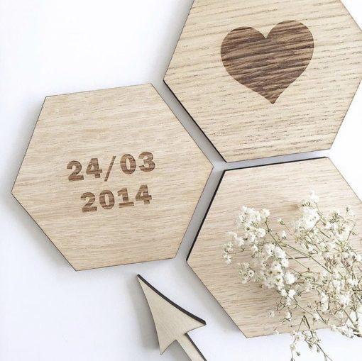Dato hjerte graveret på designs plade til vægdekoration