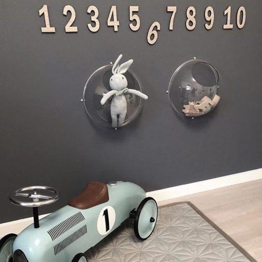 Tal på væggen. grå væg og egetræs tal. 1-10
