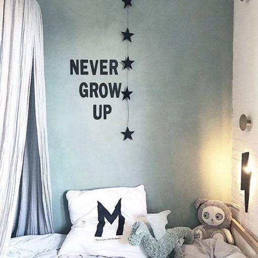 smuk tekst i sorte bogstaver til børneværelset