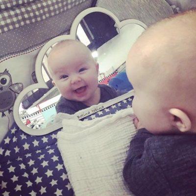 Spejl billed I hvidt sky spejl af baby