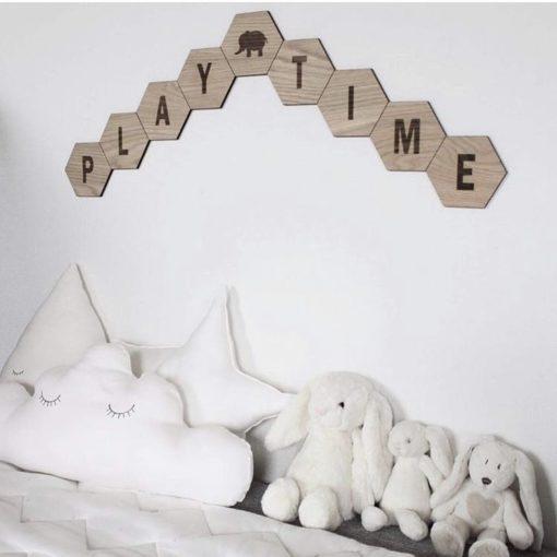 Legeområde til baby i stuen med design plader