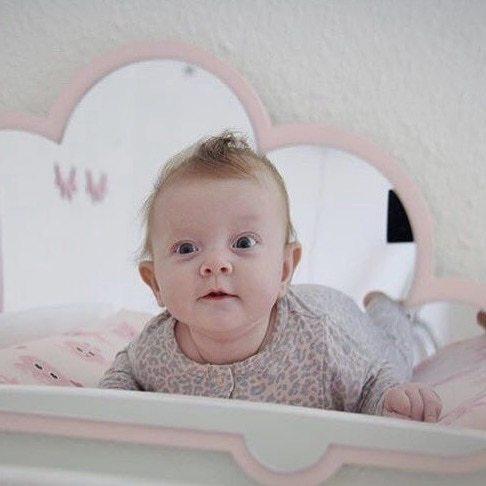 Nakketræning på puslebordet og stimuler dit barns hjerne i mens