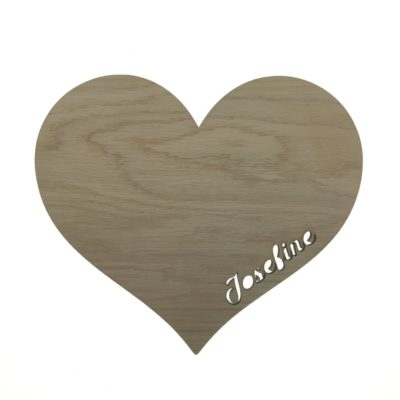 Natlamp i egetræsfiner til børneværelset formet som et hjerte og med ønsket tekst