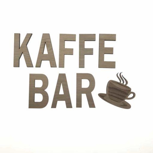 Teksten Kaffebar sammen med vores kaffekop til væggen i køkkenet