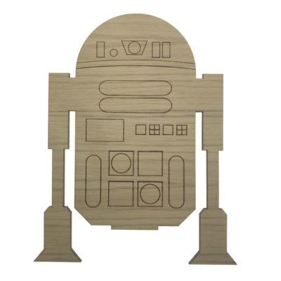 Vøglampe til børneværelset formet som en robot og lavet i egetræsfiner med strejtegnet detaljer