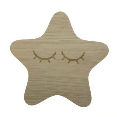 Stjerne formet lampe med afrundt spidser og graveret vipper i egetræsfiner til børn