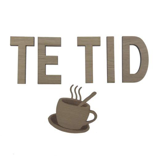 Teksten Te tid sammen med tekop på væggen ved køkken