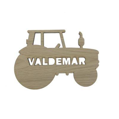 Smukt og personlig navneskilt formet som en traktor i egetræsfiner