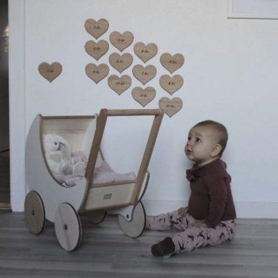 13 hjerter som højdemåler på børneværelset i træ