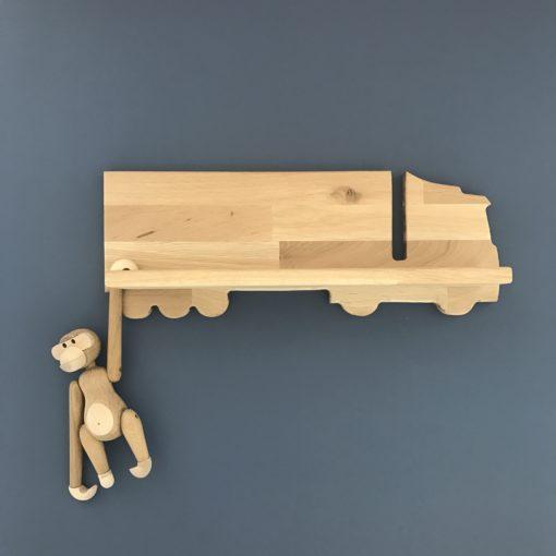 Egehtræs hylde til drengeværelse formet som en lastbil