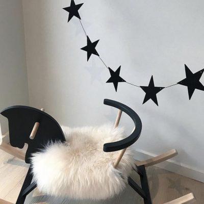 Sort baby ranke med stjerner i sort filt