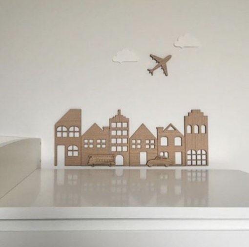Bygninger, brandbil, bil mm på hvid væg