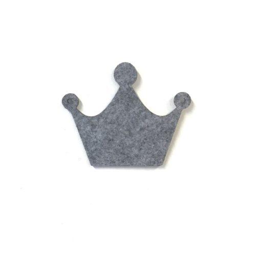 Smuk grå krone i grå filt til en baby ranke