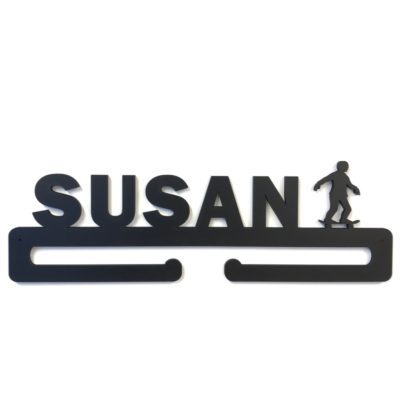 Skater figur med ønsket navn på medalje holder i sort