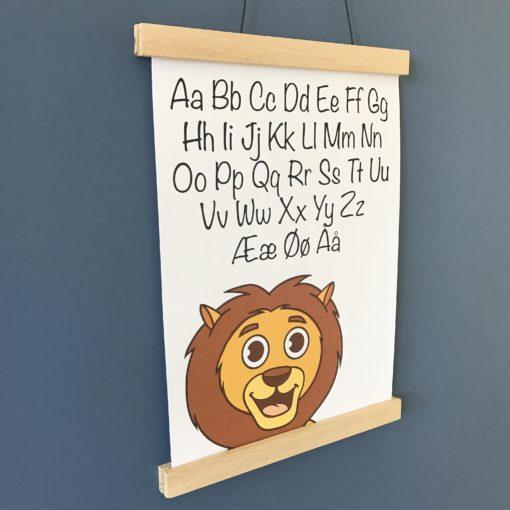 Løve alfabet plakat til drengeværelse på blå væg