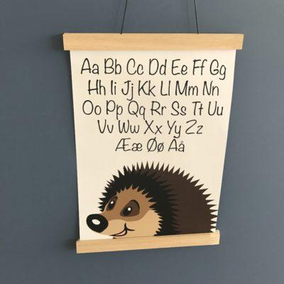 smuk plkaat med alfabet og pinsvin