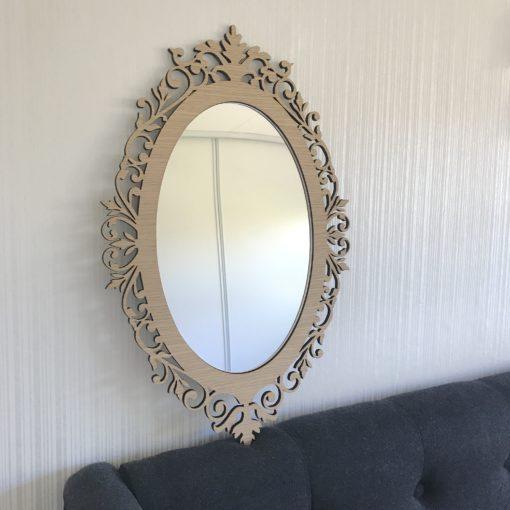 Rundt romantisk spejl ved seng