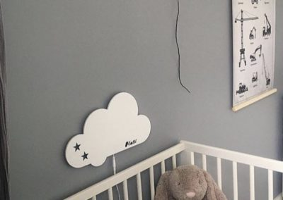 Hvid sky lampe ved baby seng