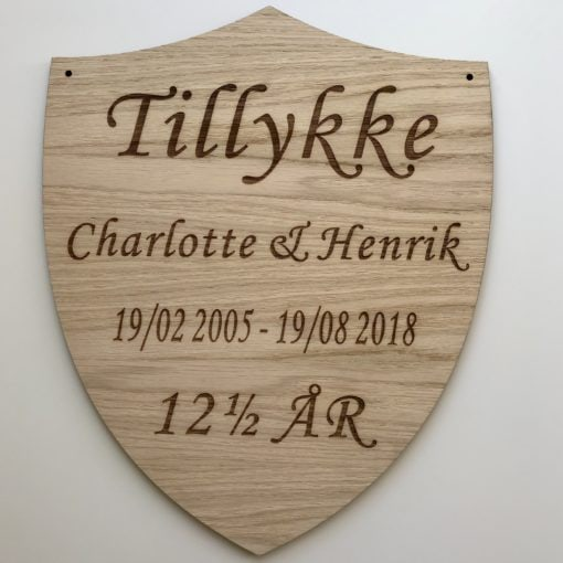 Kobberbryllups skjold i træ med graveret navn, datoer samt 12½ år