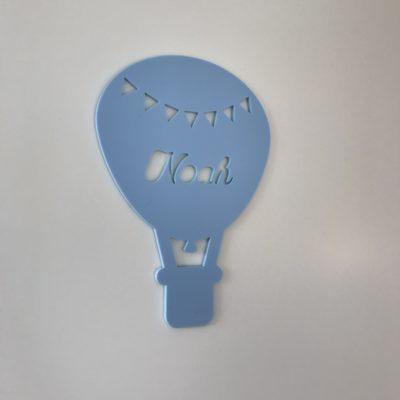 Luftballon navneskilt i lyseblå mat akryl
