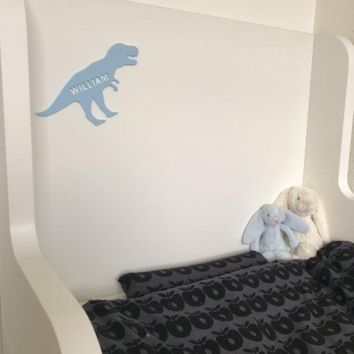 T-rex navneskilt på seng i lyseblå mat akryl