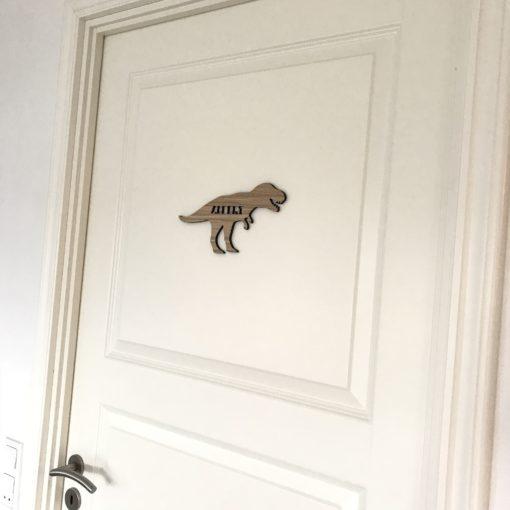 T-rex navneskilt på dør til drengeværelse