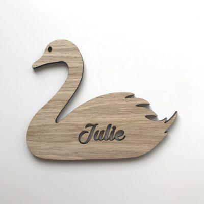 Svane navneskilt i træ med julie